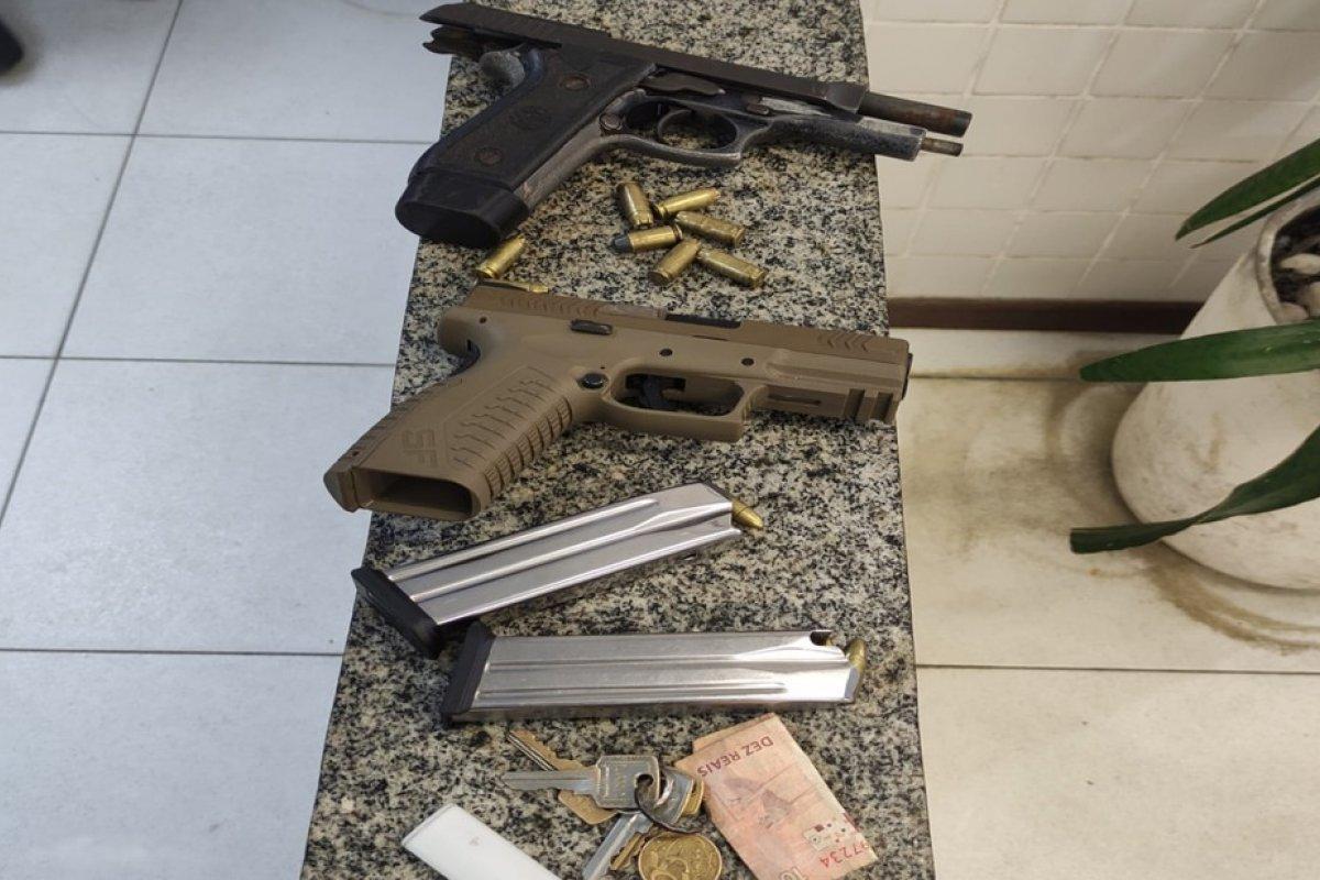[Dupla é presa após ser flagradas com armas no bairro de São Cristóvão ]