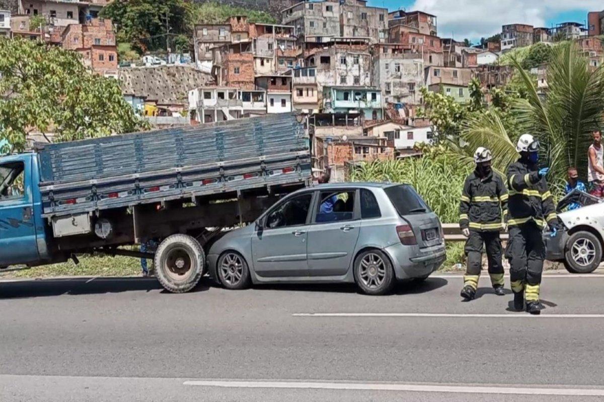 [Engavetamento com ao menos sete veículos causa congestionamento na  BR-324]