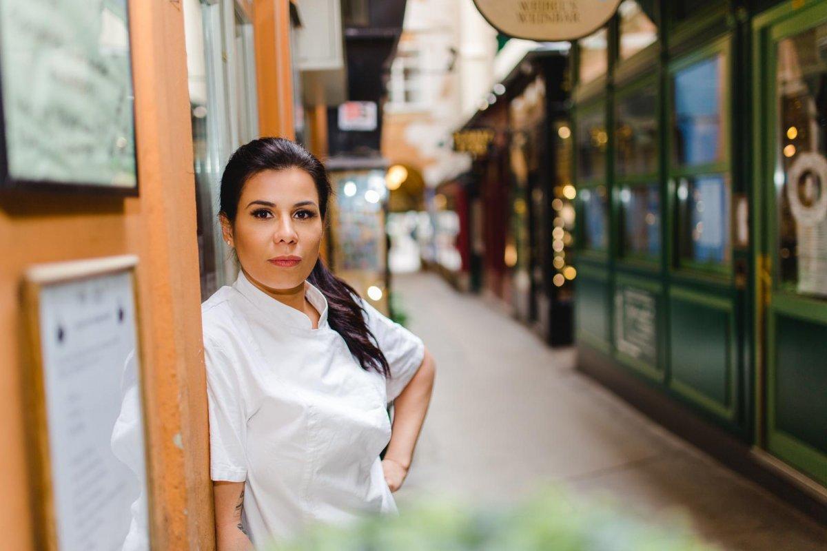 [Na semana do Dia Internacional da Mulher, chef aposta em receita romântica e prática para eles se arriscarem na cozinha]