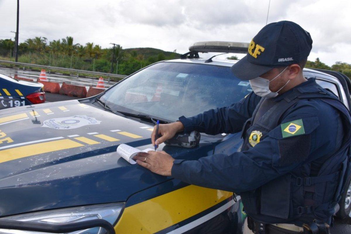 [PRF flagra 310 pessoas na Bahia sem cinto de segurança no feriado da Semana Santa]