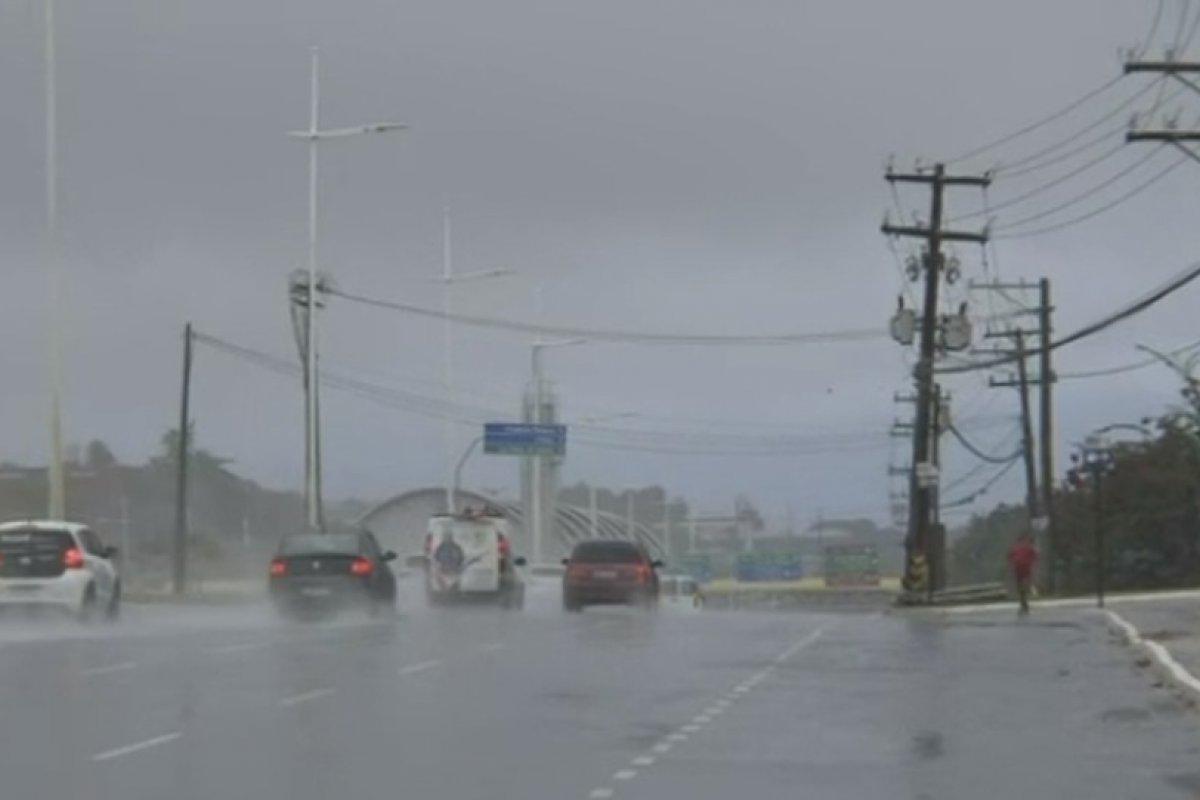 [Salvador amanhece com forte chuva nesta quinta-feira (8)]