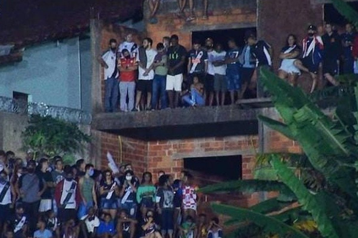 [Polícia dispersa torcedores que assistiam Vasco X Tombense aglomerados em terraço]