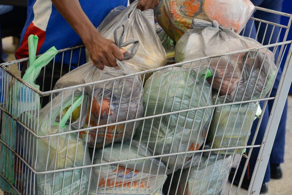 [Custo médio da cesta básica diminuiu em 12 cidades entre fevereiro e março, diz pesquisa]