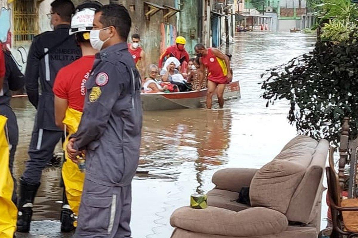 [Forte chuva que atinge Salvador causa danos e prejuízos em vários pontos da cidade]