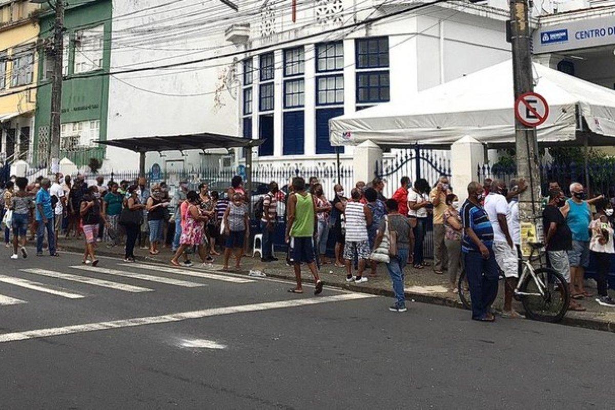 [Salvador registra longas filas em pontos de vacinação contra Covid-19 nesta quinta-feira (22)]