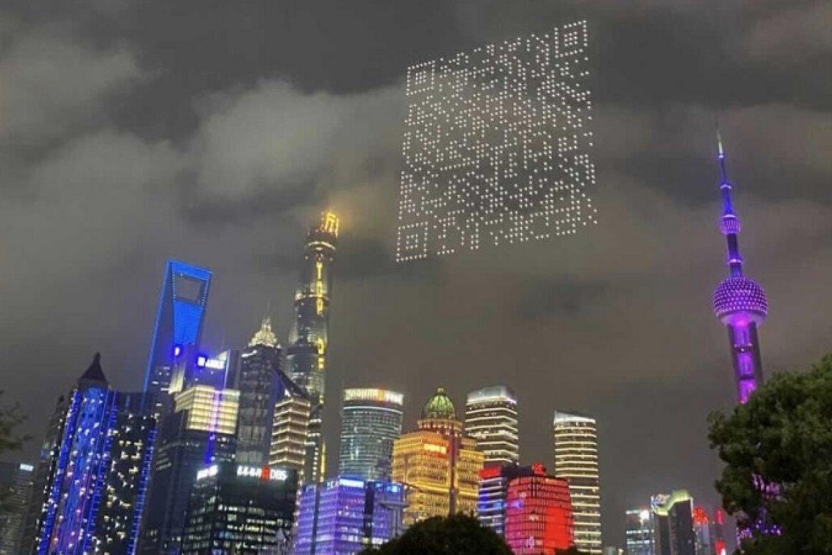 [Drones formam 'QR Code' gigante em céu de Xangai, na China]