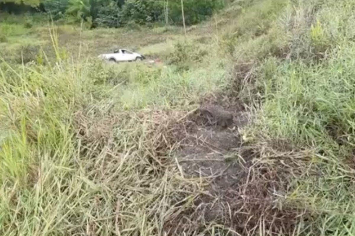 [Homem morre após carro sair da pista e cair em ribanceira em Itabela]