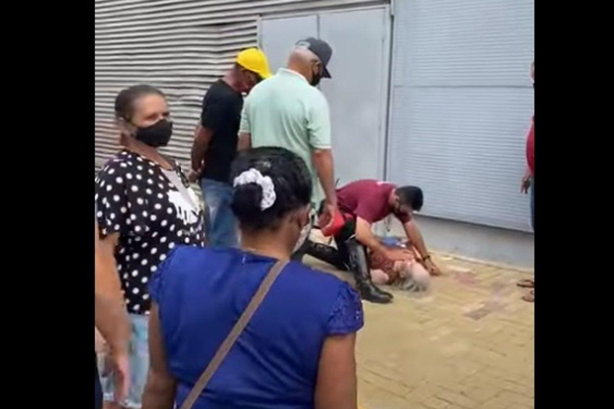 [Vídeo: idosa desmaia em fila para vacinação contra a covid-19 em Juazeiro-Ba]