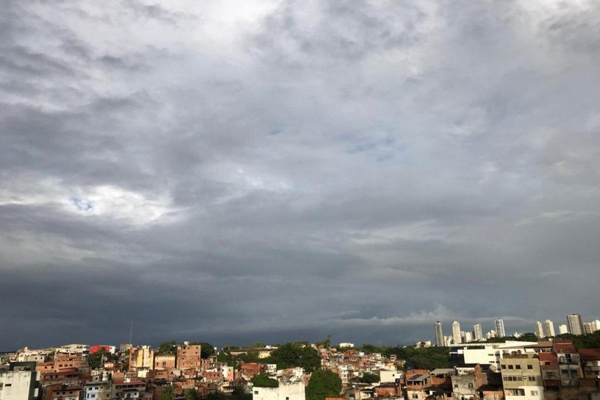 [Salvador amanhece com tempo nublado e chuvas isoladas]