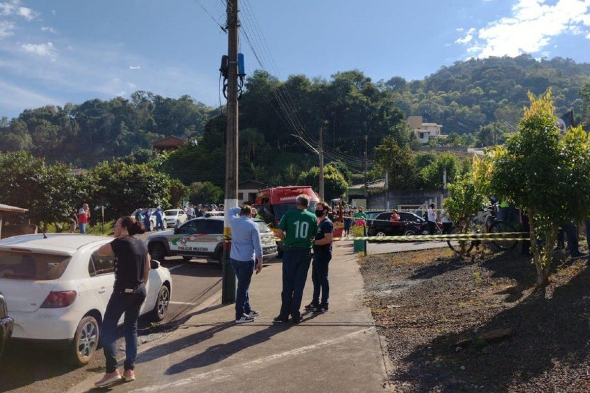 [Adolescente invade escola e mata três crianças e duas professoras no oeste de Santa Catarina   ]