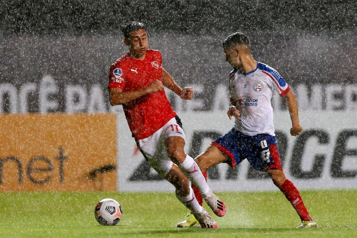 [Com muita chuva e três pênaltis, Bahia arranca empate com o Independiente pela Sul-Americana]