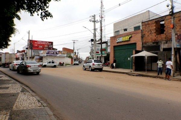 [Homem morre e outro é preso em confronto com a polícia de Feira após fuga em veículos roubados]