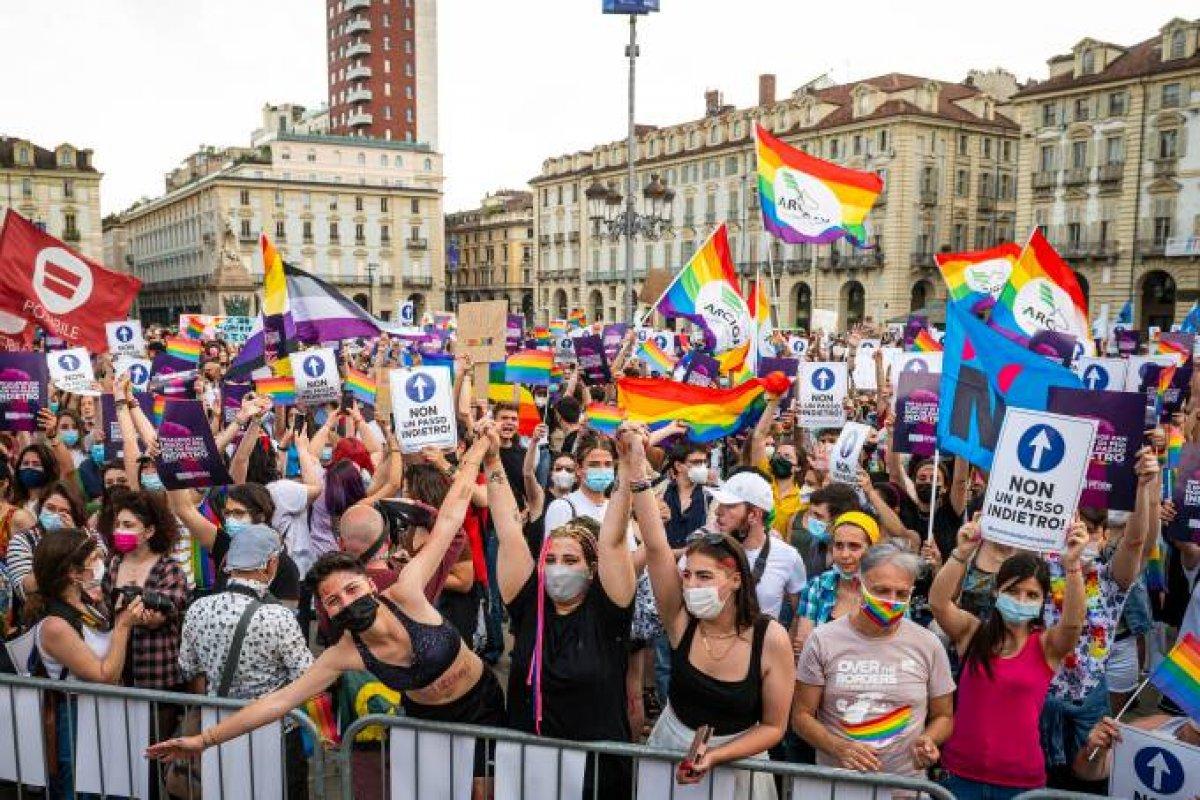 [Vaticano pede que Itália altere projeto de lei que criminaliza homofobia]