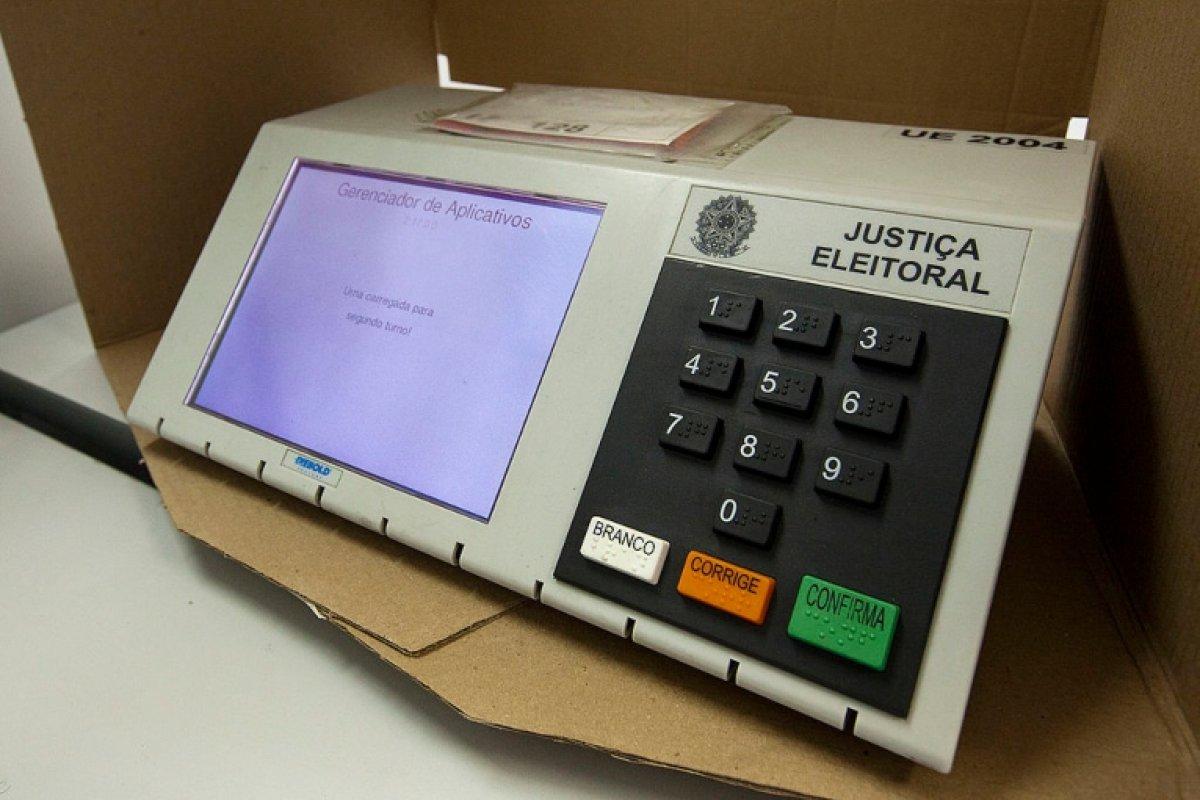 [CNT: pesquisa mostra que maioria dos brasileiros é a favor do voto impresso]