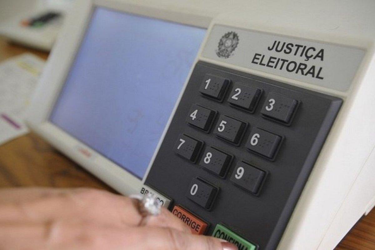 [Levantamento mostra que 35% dos brasileiros votariam em Lula e 33% elegeriam Bolsonaro]