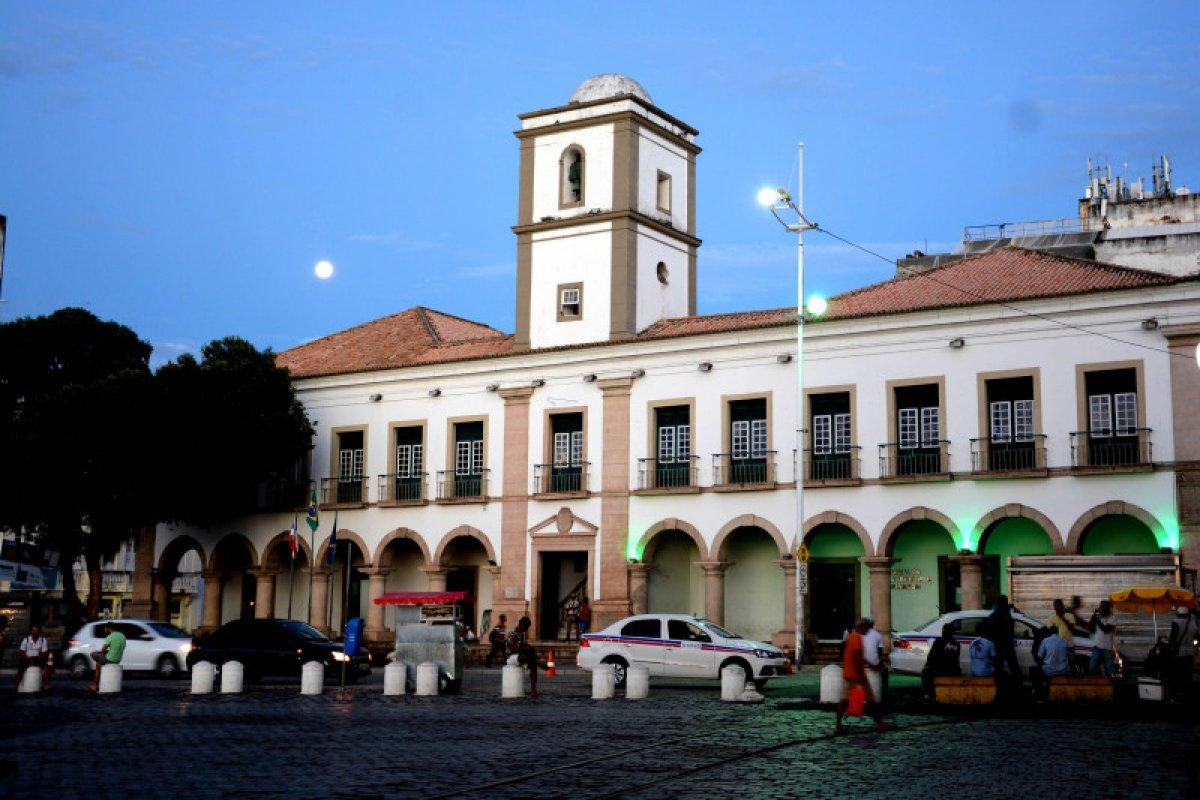 [CMS: CCJ emite parecer contra mudança do nome da Avenida Adhmemar de Barros para Milton Santos ]