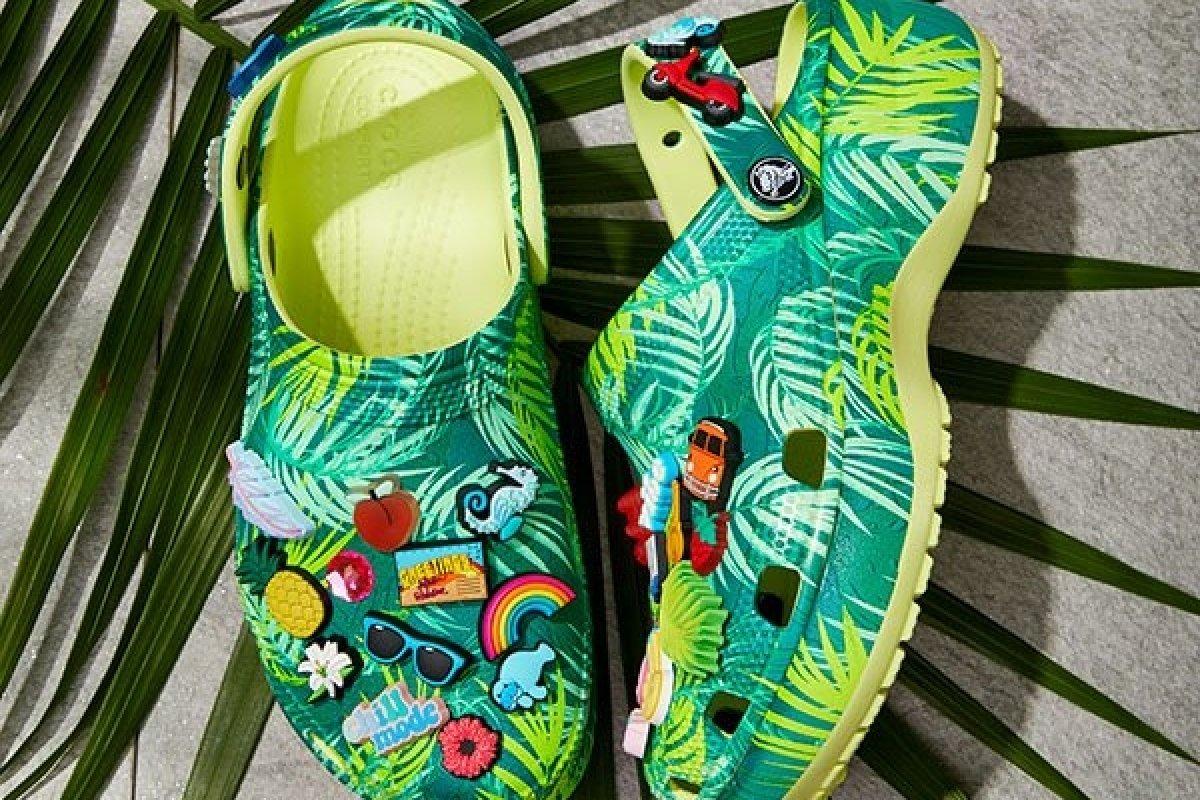 [De olho no verão, Crocs lança coleção Tropical]