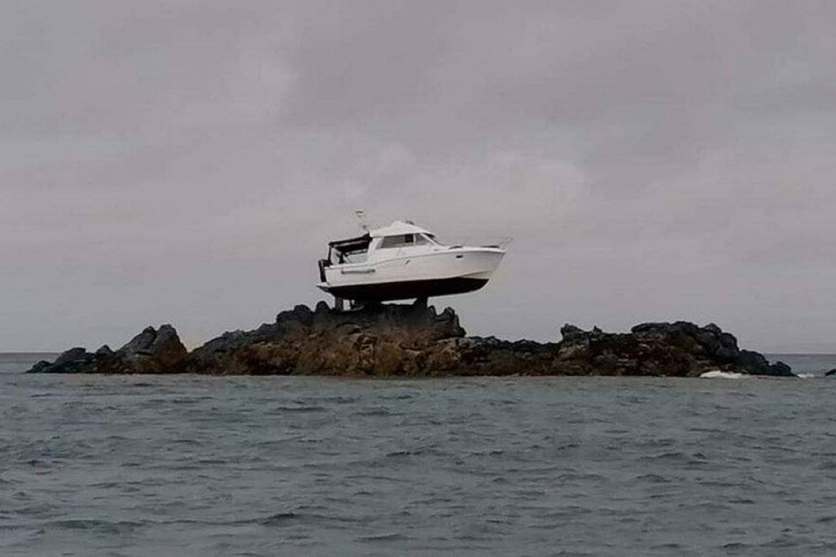 [Barco fica preso em rocha a 3 metros acima do mar, e resgate dura 12 horas]