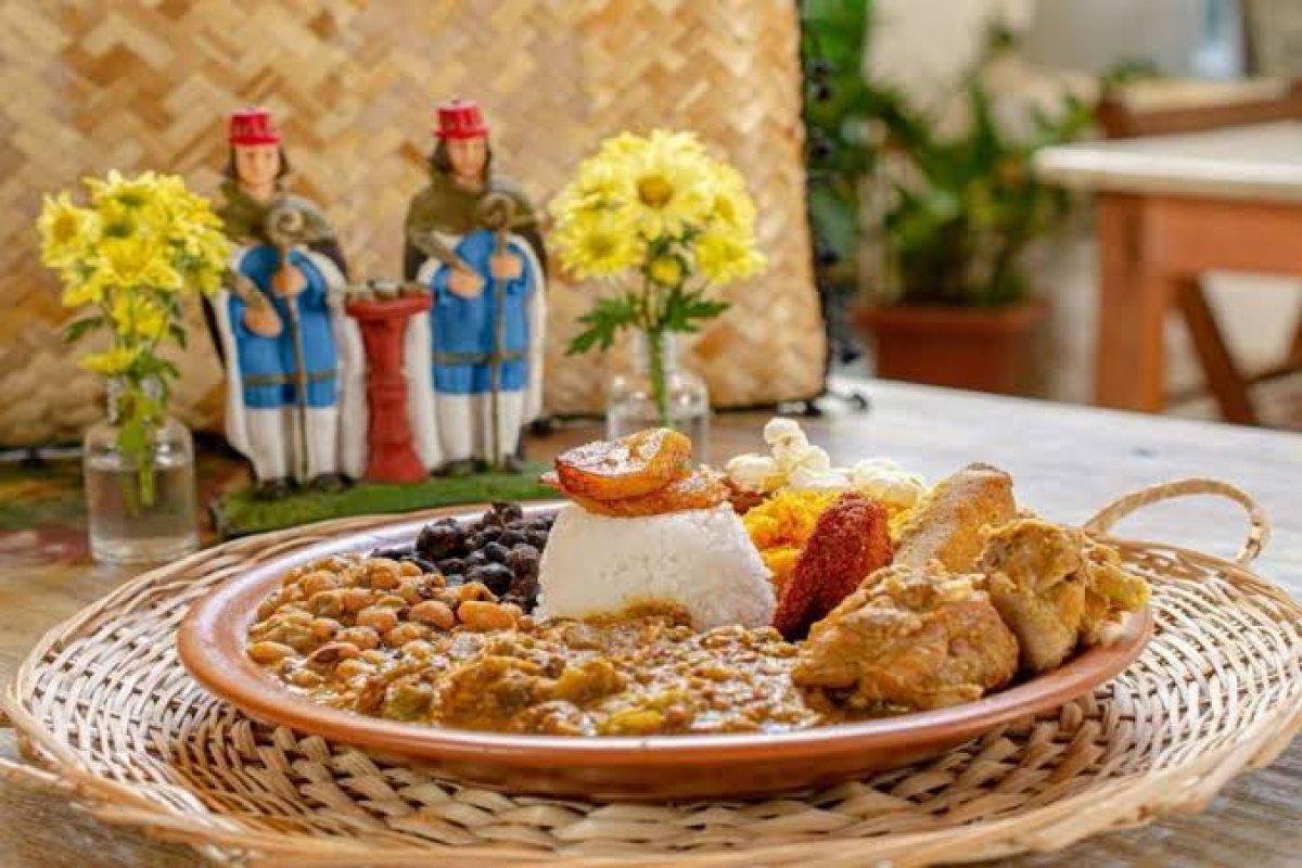 [Devota dos santos gêmeos, chef baiana realiza o tradicional caruru em seu restaurante ]
