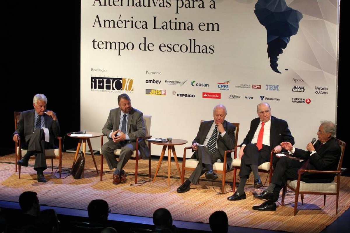 [Ex-presidentes organizam vigília online pela democracia brasileira]