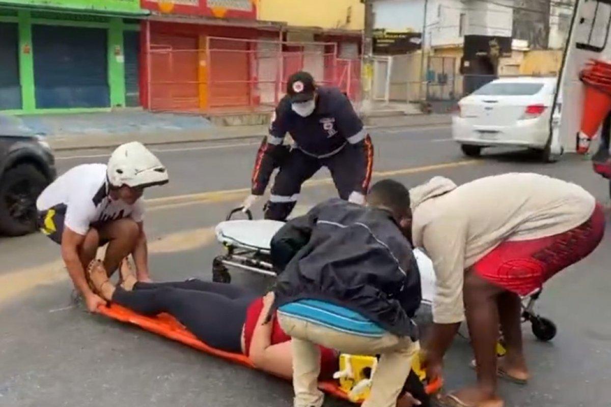 [Moto derrapa em óleo na pista e passageira fica ferida após cair no Largo dos Mares, em Salvador]