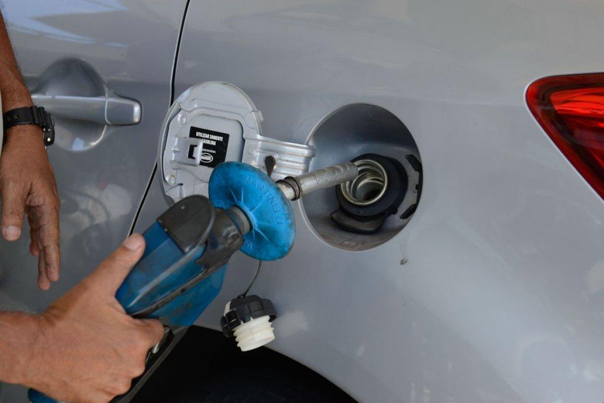 [Governo autoriza postos a venderem gasolina de qualquer marca]