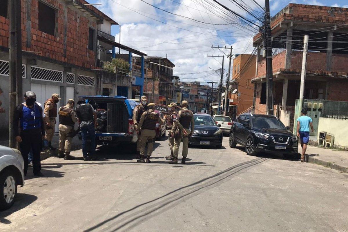 [Suspeitos de assalto fazem moradores reféns no bairro de Boa Vista do Lobato, em Salvador ]