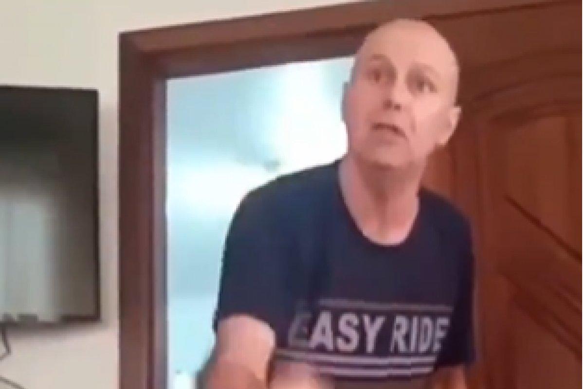 [Vídeo: homem faz comentários racistas e chama mulher de macaca em SC]