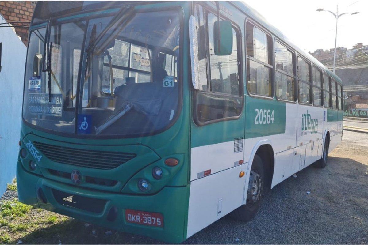 [Homens armados assaltam ônibus na Av. Paralela, em Salvador]