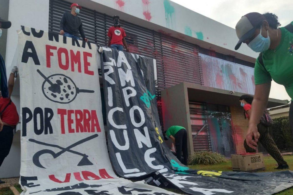 [Vídeos: grupo ligado ao MST invade sede da Aprosoja, picha paredes e apedreja o prédio]