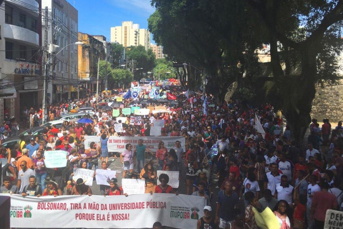 [Professores e estudantes realizam protesto pela educação em Salvador]